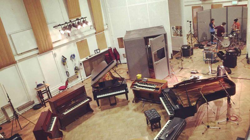 Los Nuevos Monstruos grabando en Abbey Road Studios!